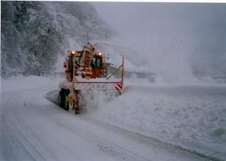 ロータリ除雪車による拡幅作業