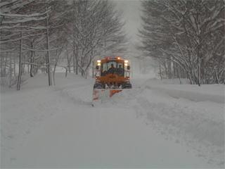 除雪ドーザによる新雪除雪作業